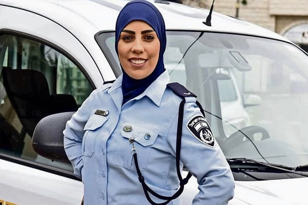 Hijab et arme de poing : la première détective musulmane d'Israël